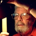 Luis García Berlanga revisando unos negativos, en una imagen de 1990 © César Lucas